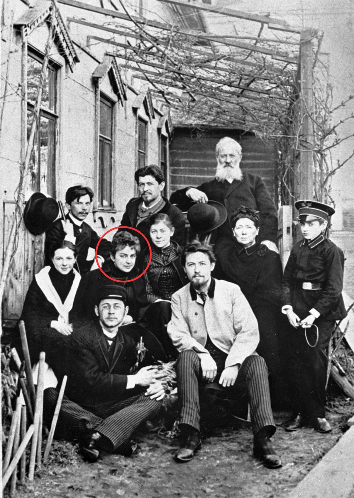 Чехов със семейство и приятели; В червения кръг - Лика Мизинова