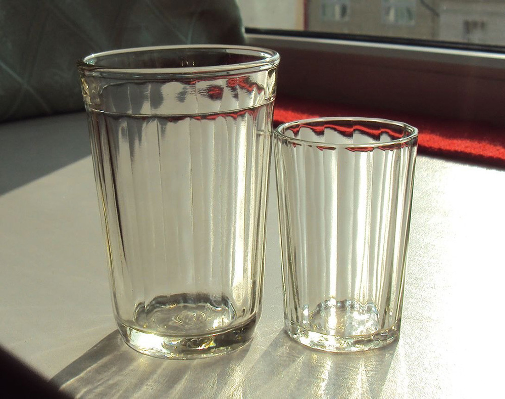 A 250-gram glass (L) and a 100-gram glass (R)