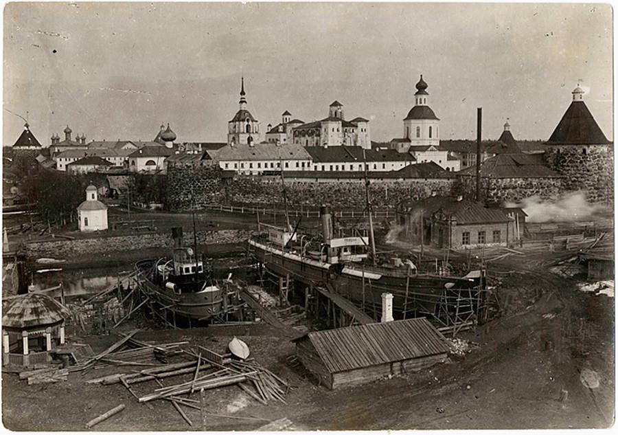 Kamp penjara Solovki di bekas biara Solovetsky.