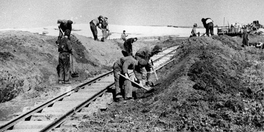Para tahanan tengah membangun rel kereta api di Siberia.