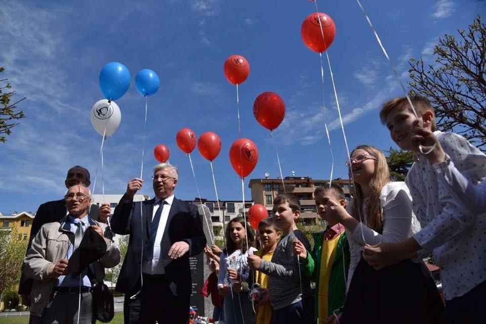 Амбасадорот Баздникин со младите пушта балони во воздухот по повод Денот на космнаутиката, Скопје, 12 април 2019 година