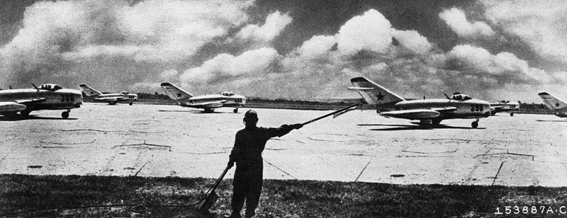 Años 50: Un grupo de MiG-15 soviéticos se prepara para despegar.