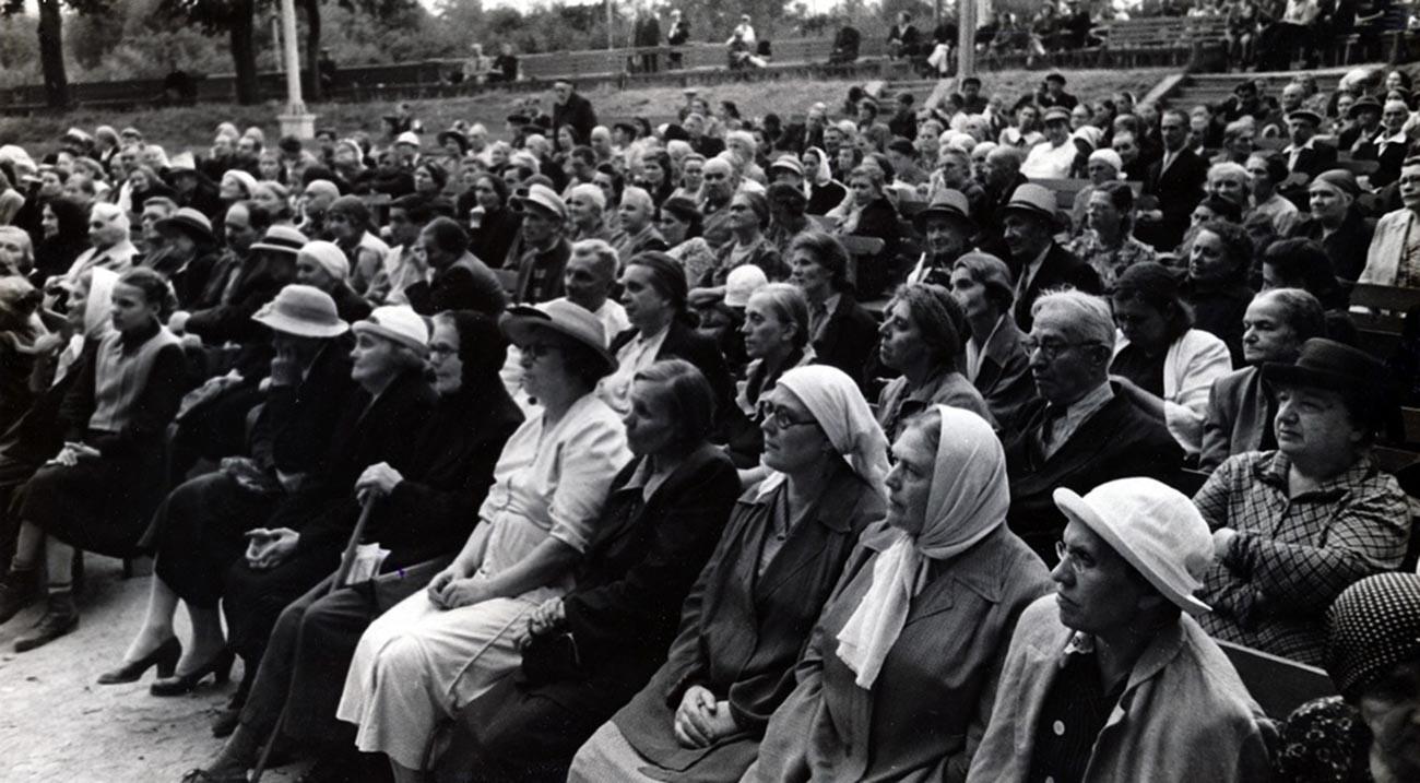 Зрители. Москва, 1955 г.
