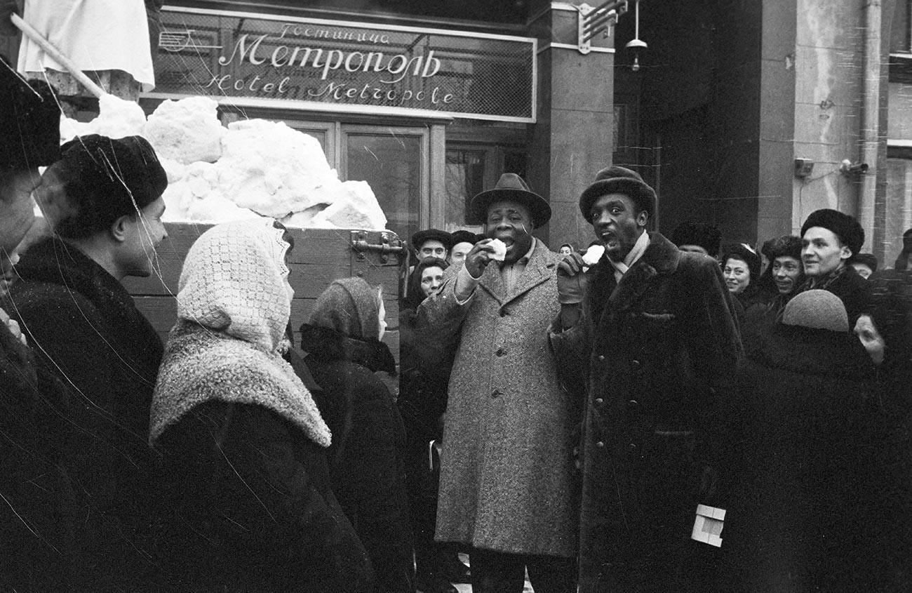 На 20 януари 1956 г. в Москва, Русия, пристига американската театрална трупа с