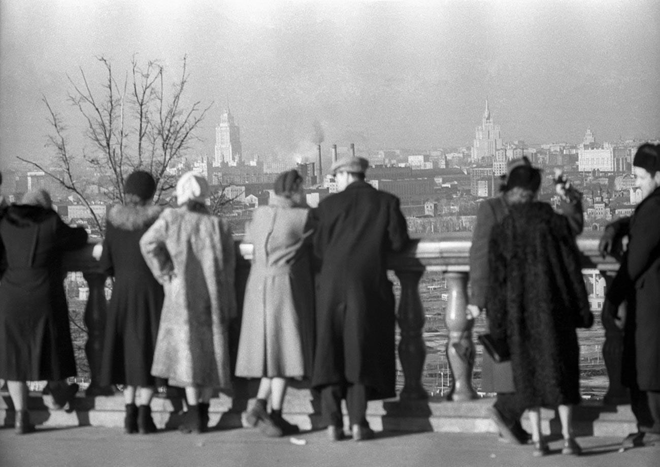 Наблюдателна площадка на Ленинските (днес Воробьови) хълмове, 1955 г.
