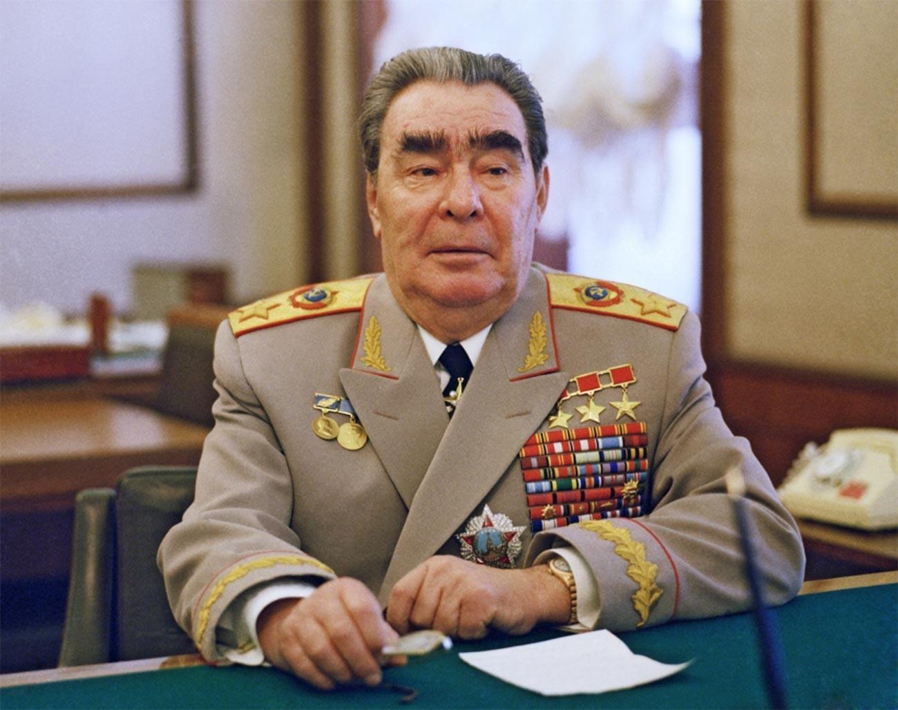 Leonid Brezhnev mengenakan 'Orde Kemenangan'.