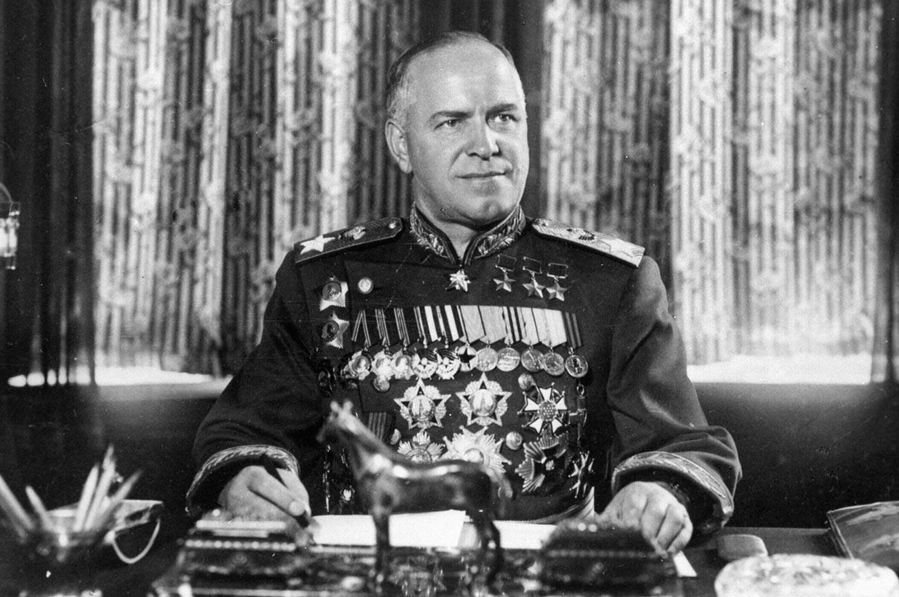 Marsekal Uni Soviet Georgy Zhukov mengenakan dua tanda jasa 'Orde Kememangan'.