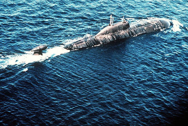 Un submarino clase Akula en ruta.