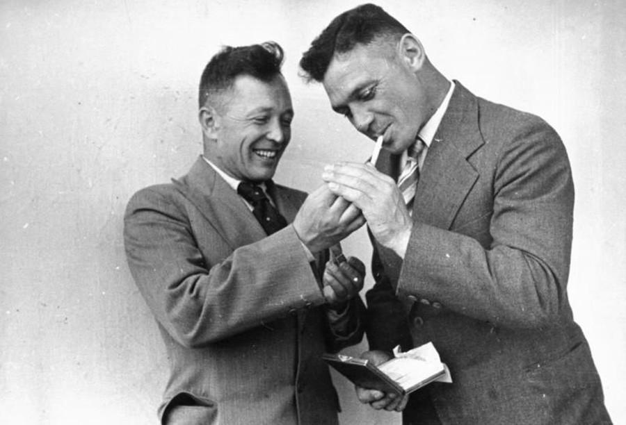 Los pilotos Alexánder Briadinski y Vladímir Kokkinaki, 1938