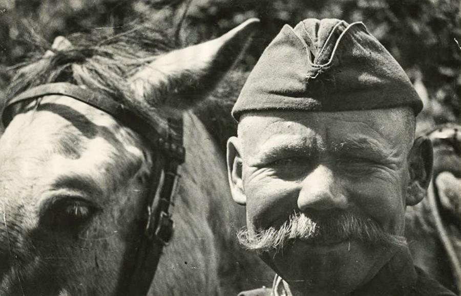 Soldado con un caballo, años 40