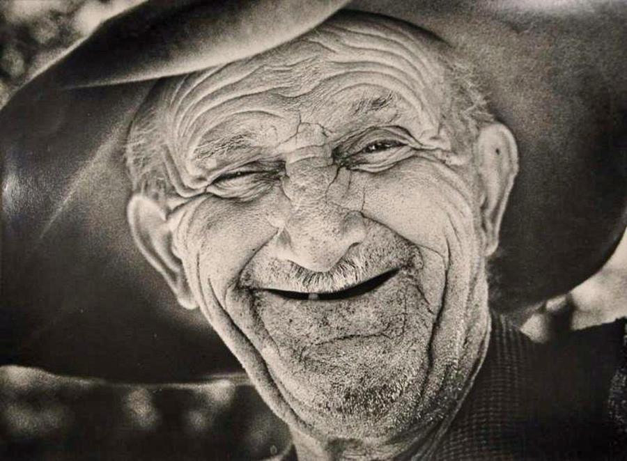 Retrato de abuelo riendo, años 70