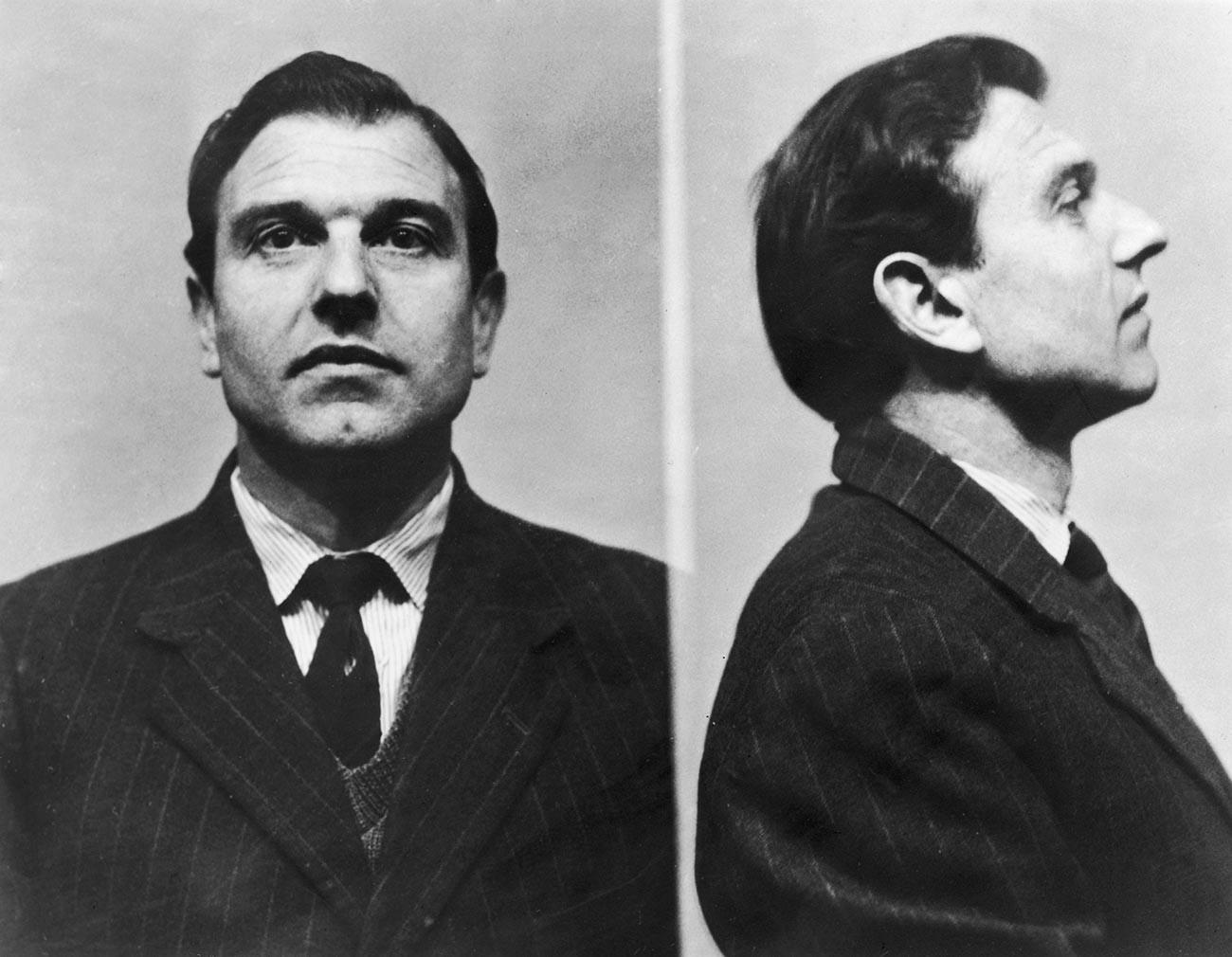 Fotografias do fichamento de George Blake na prisão, em 1961.