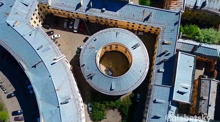 Prédio em forma de anel e seu grande pátio.