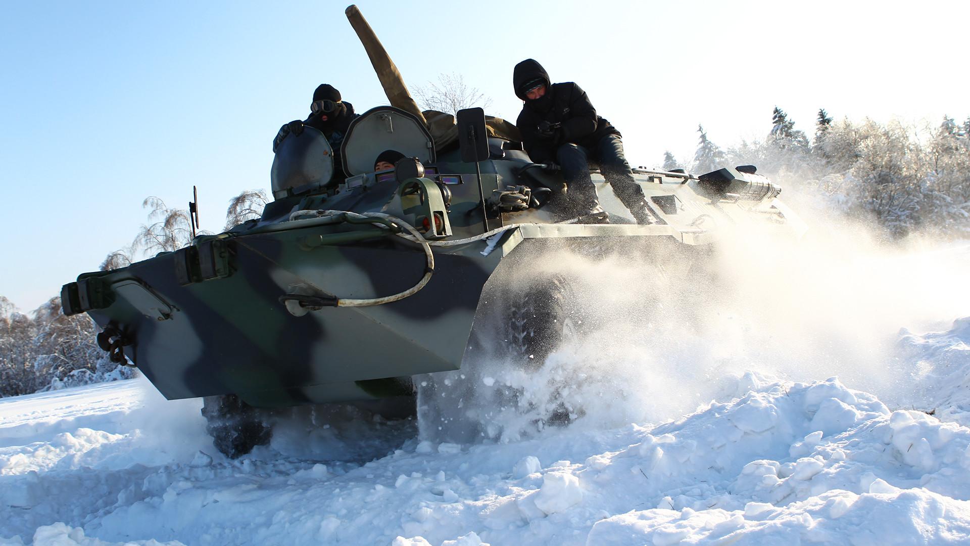 Припадници московског ОМОН-а се обучавају да управљају борбеним оклопним транспортерима на неравном терену.