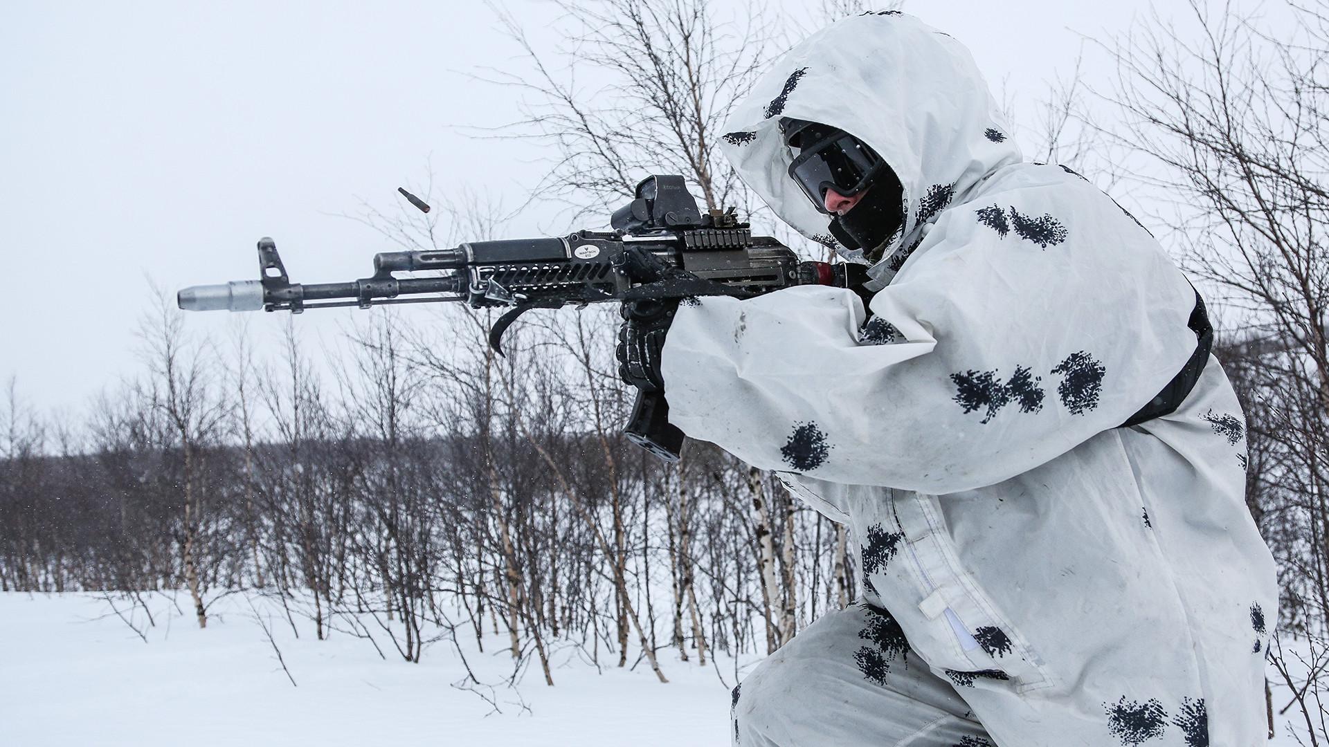 """Припадник Специјалног одреда за брзо реаговање """"Росомаха"""", управе Росгвардије за Мурманску област, на тренингу у арктичким условима."""