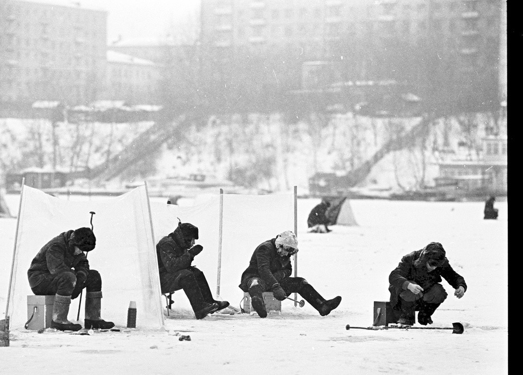 Pesca no gelo no rio Moscou