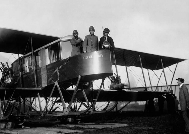 Los aviadores Sikorski, Genner y Kaulbars a bordo del avión