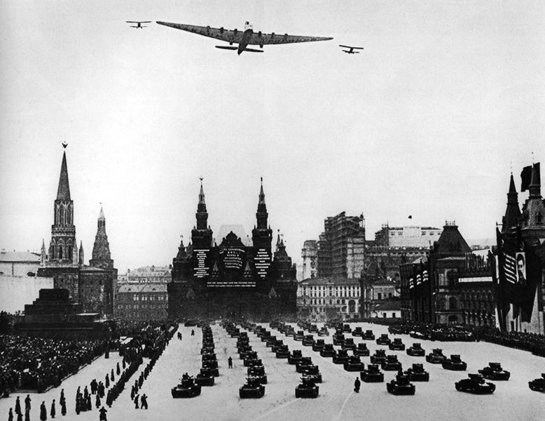 """El """"Maxim Gorki"""" sobrevuela la plaza roja en 1935."""