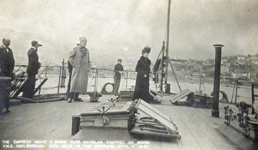 マリア・フョードロヴナとロシア大公ニコライ・ニコラエヴィチは戦艦「マールバラ」の船上でロシアを去る。ヤルタ、1919年4月8日