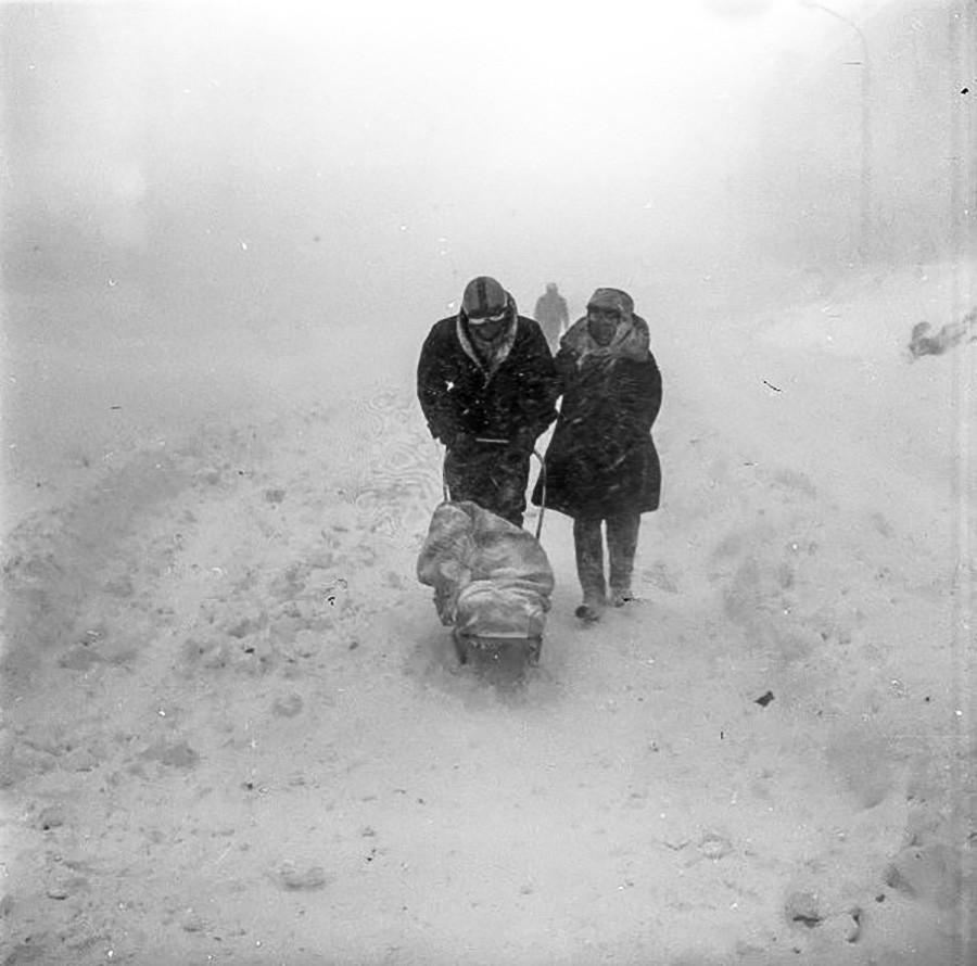 子どもを連れて歩く親、冬バージョン