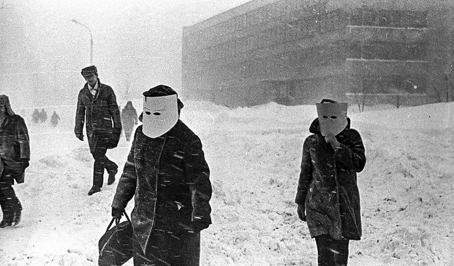 吹雪から顔を守るフェイスシールドをつける女性たち