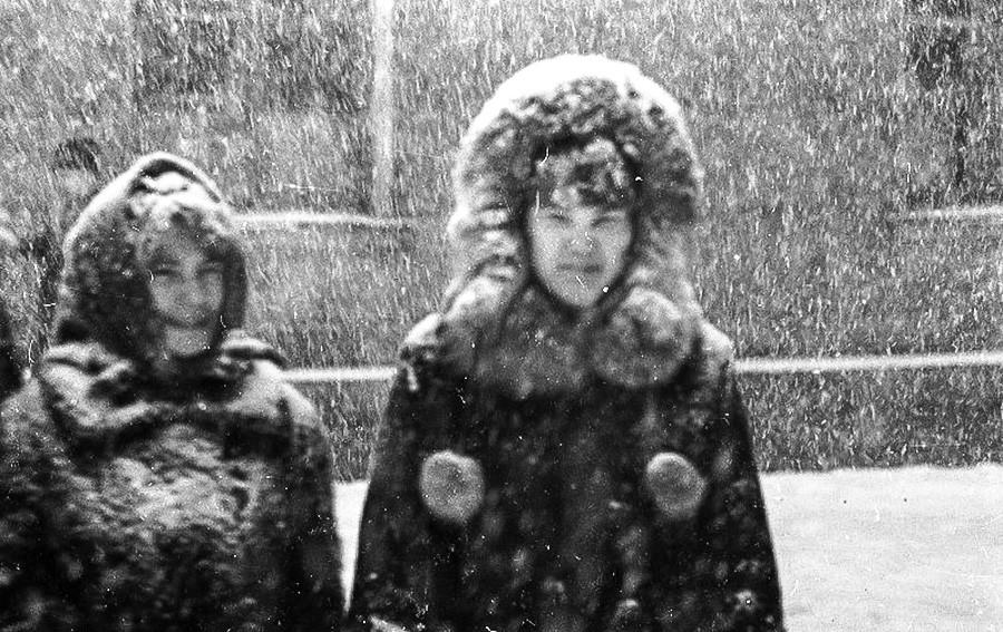 雪の中を歩く女性たち