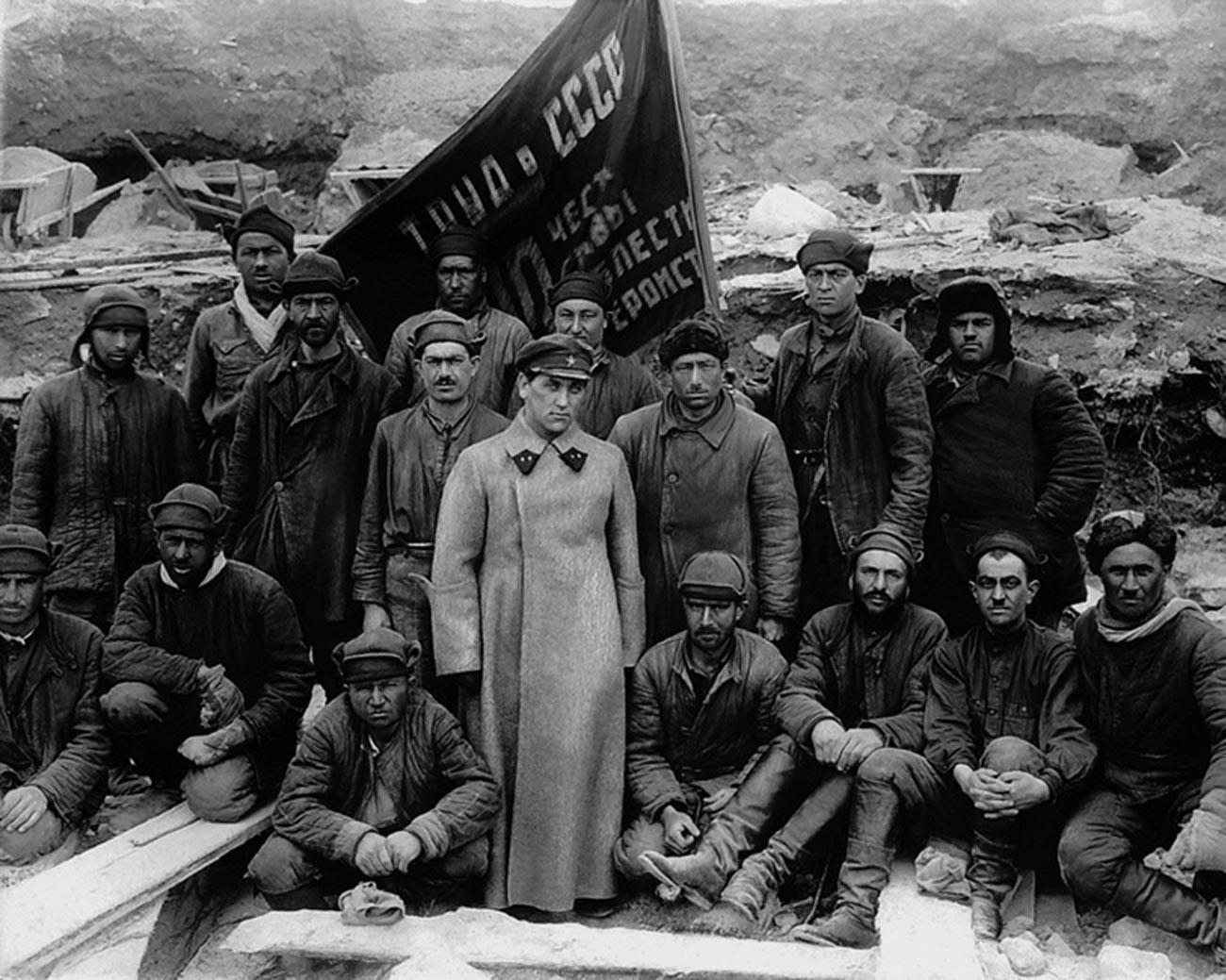 Gruppo di detenuti con il loro ufficiale dell'NKVD