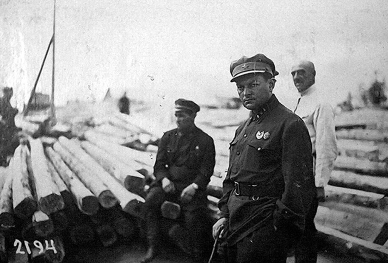 Il capo di un gulag controlla lo stato dei lavori di costruzione del nuovo sito