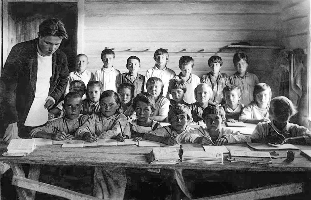 Gruppo di scolari in uno speciale insediamento negli Urali