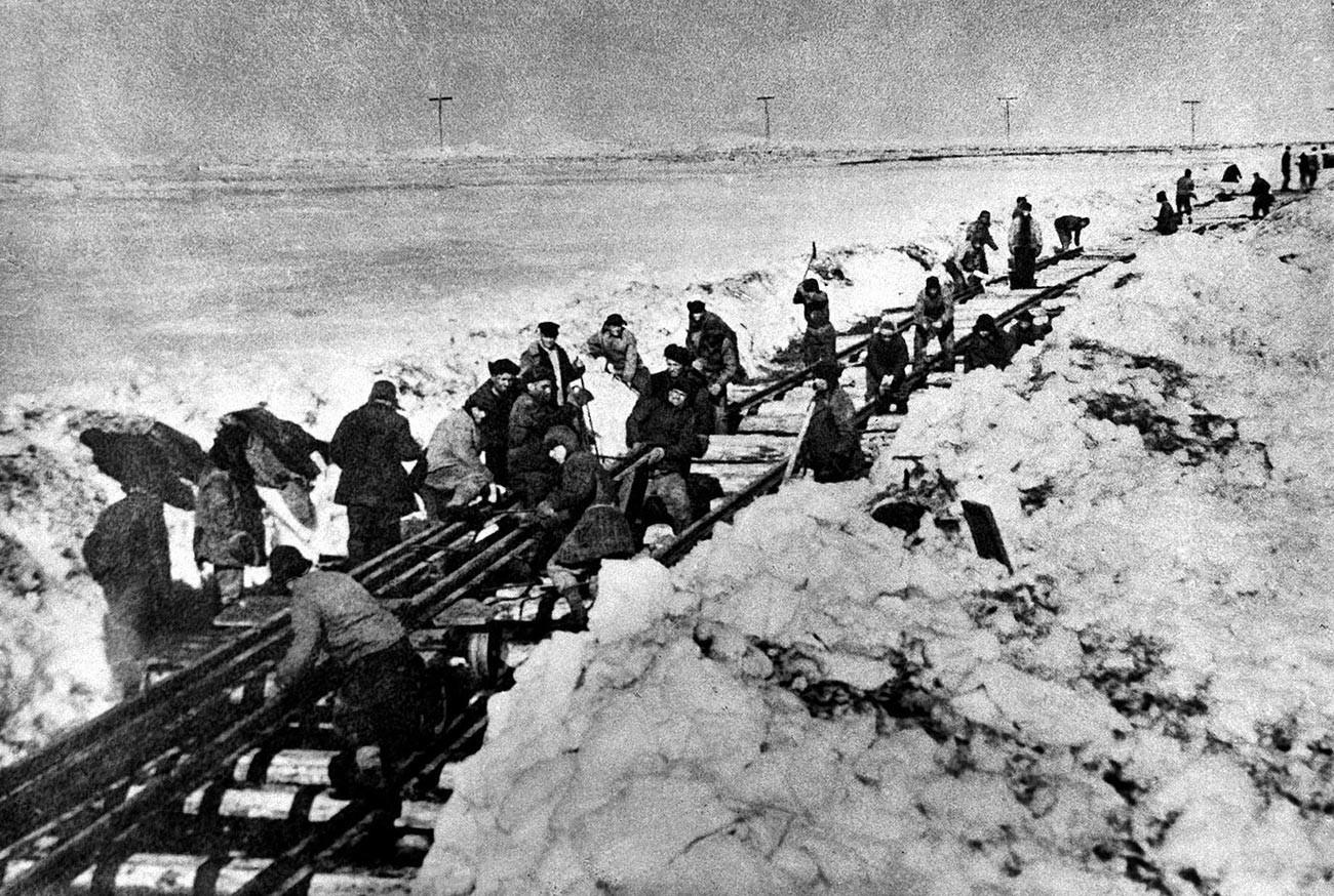 Detenuti del gulag lavorano sulla linea ferroviaria Salekhard-Igarka