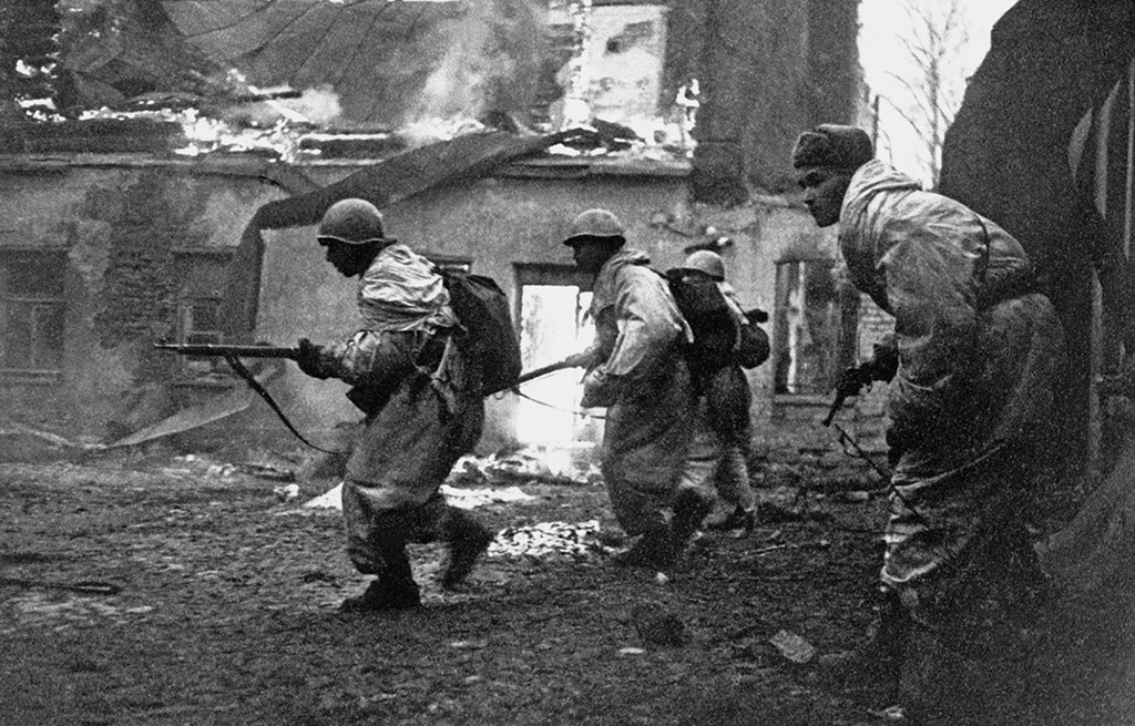 Войници от дивизията на полковник Щеглов се борят с врага в покрайнините на Гатчина, Ленинградска област, януари 1944 г.