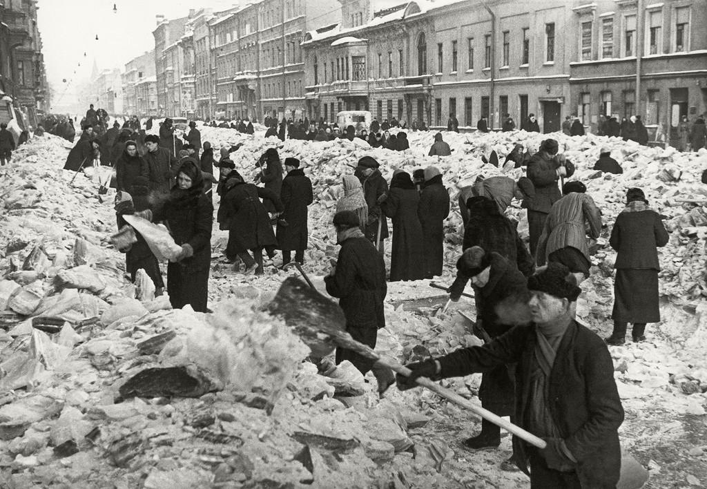 Жители на обсадения Ленинград чистят сняг от Литейни проспект, 1942 г.