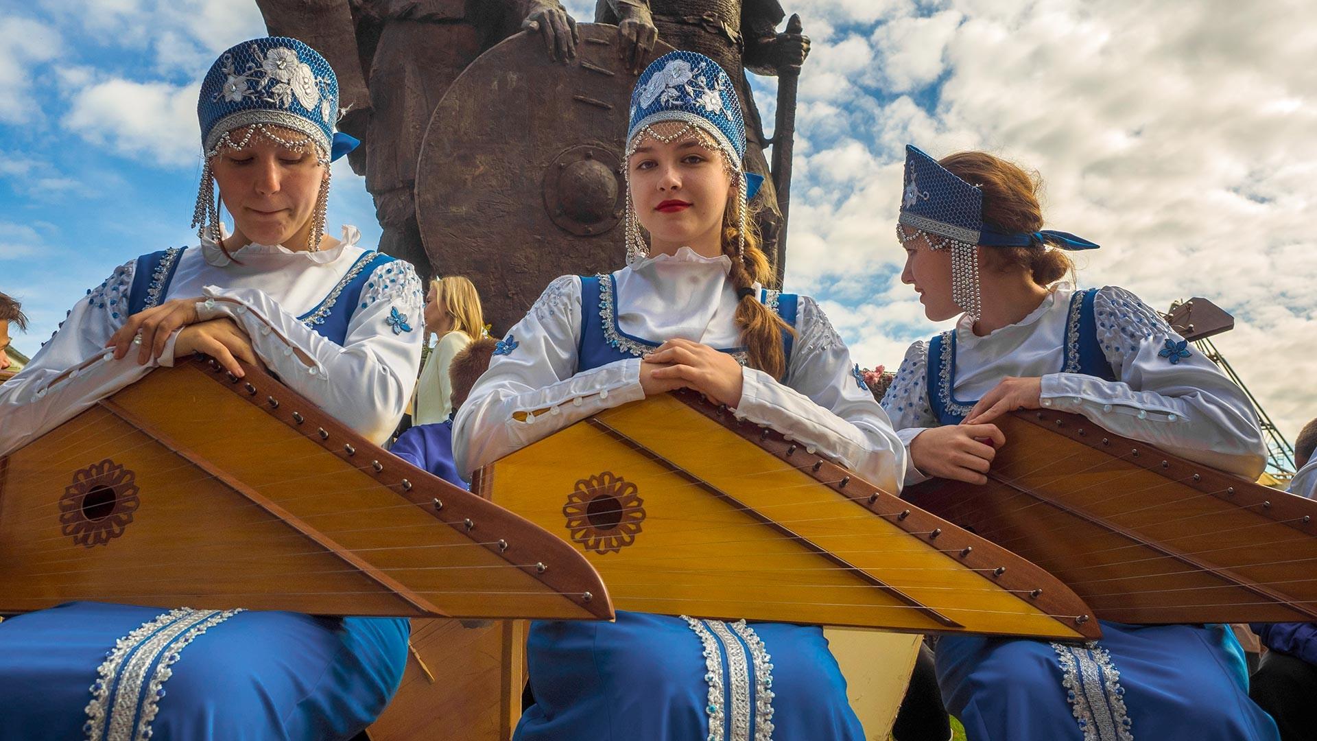 Lors de l'inauguration du monument aux grands-princes Riourik et Oleg, à Staraïa Ladoga (Nord), première capitale de la Russie