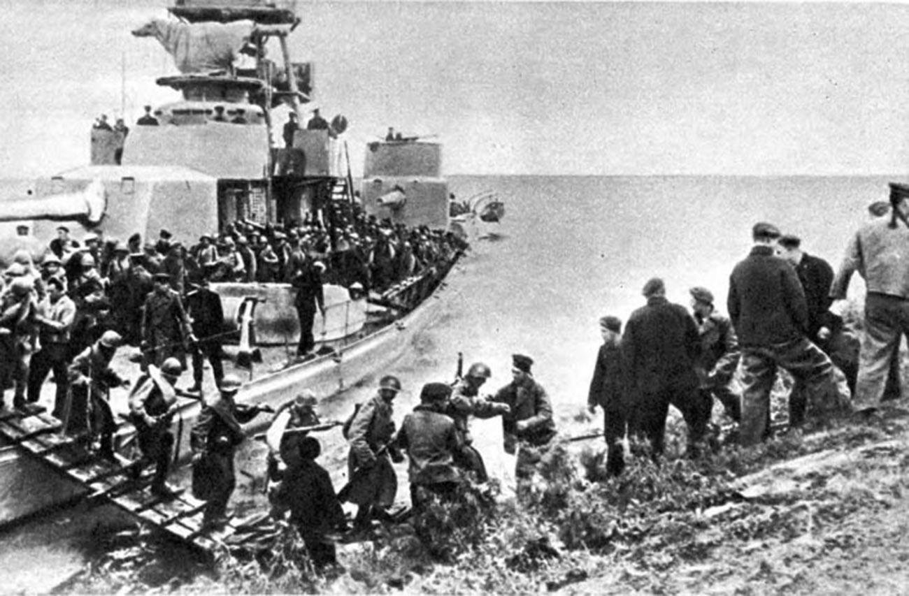 Совјетске трупе форсирају реку Сунгари на Амурској флотили.
