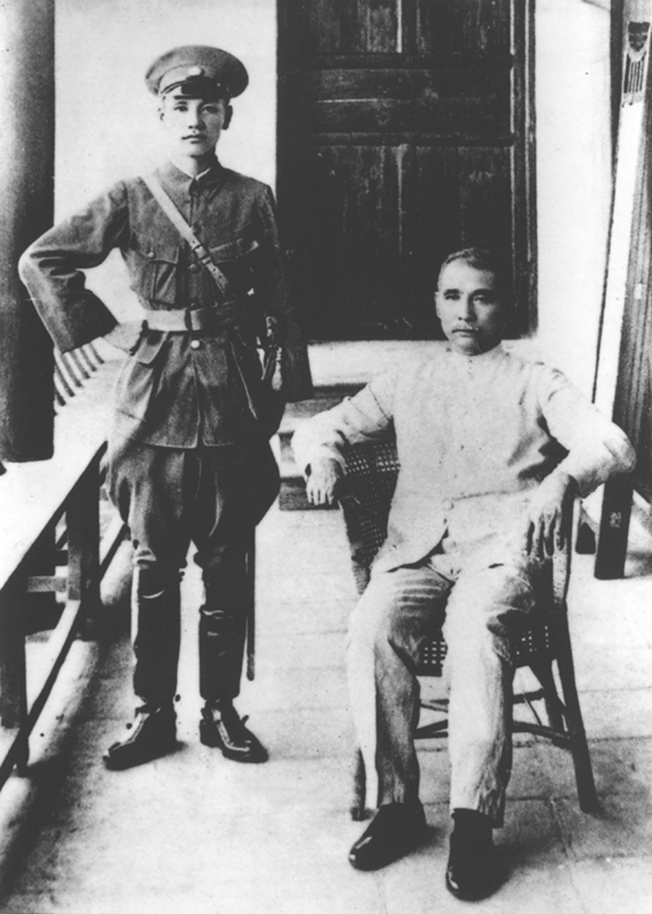 Сунь Ятсен и Чан Кайши в 1924 году во время открытия Академии Вампу.