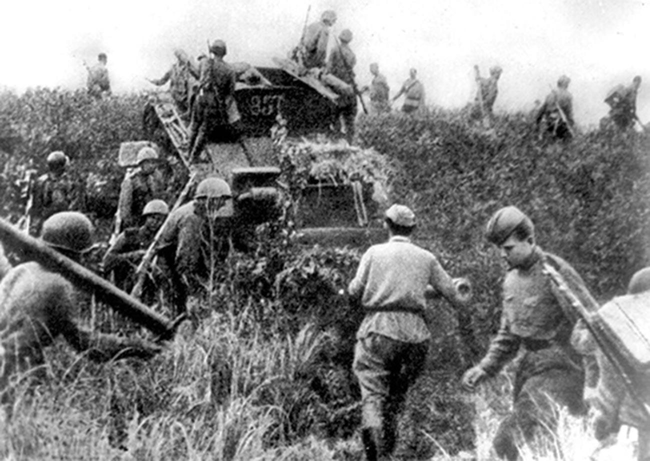 Советские солдаты пересекают границу Маньчжурии 9 августа 1945 года.