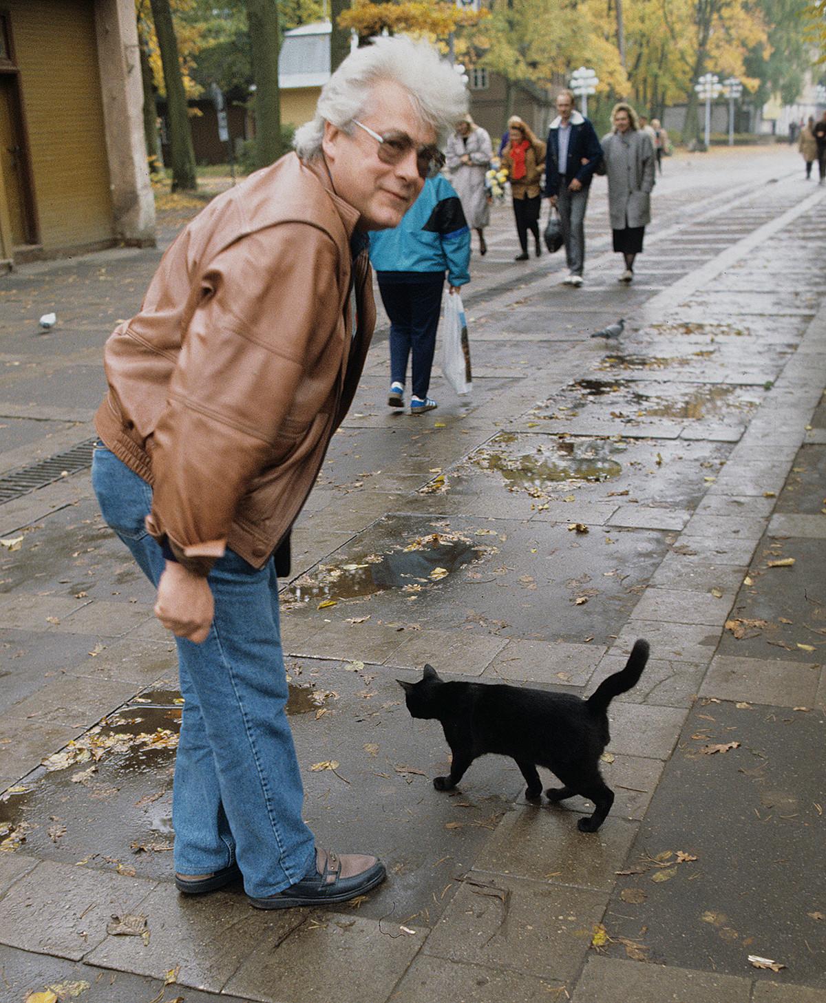 Allan Tchoumak, guérisseur extrasensoriel et personnalité télévisée soviétique et russe, rencontrant un chat noir