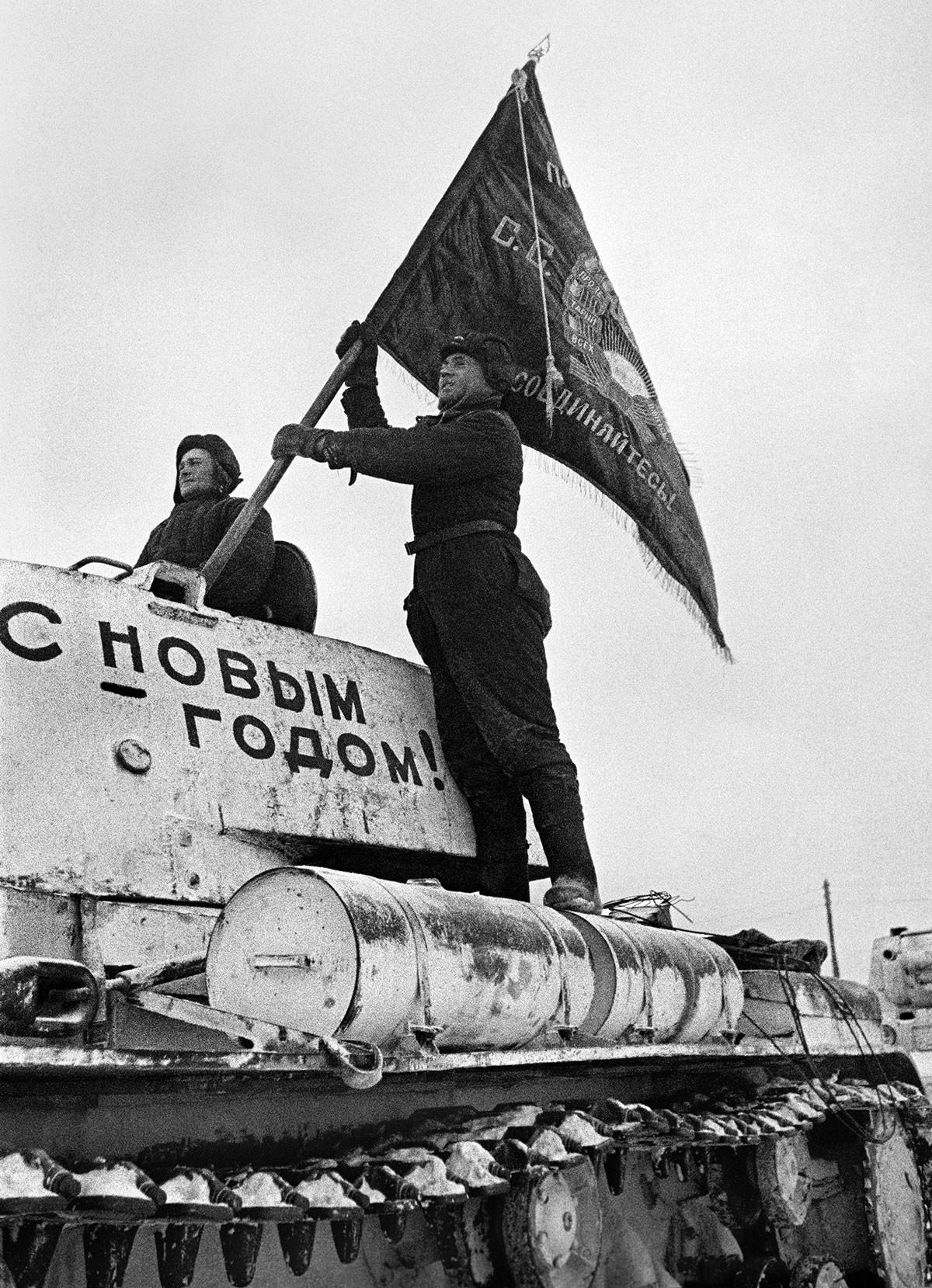 Тенкисти са заставом пред одлазак на фронт. Одбрана Москве, 31. децембар 1941.