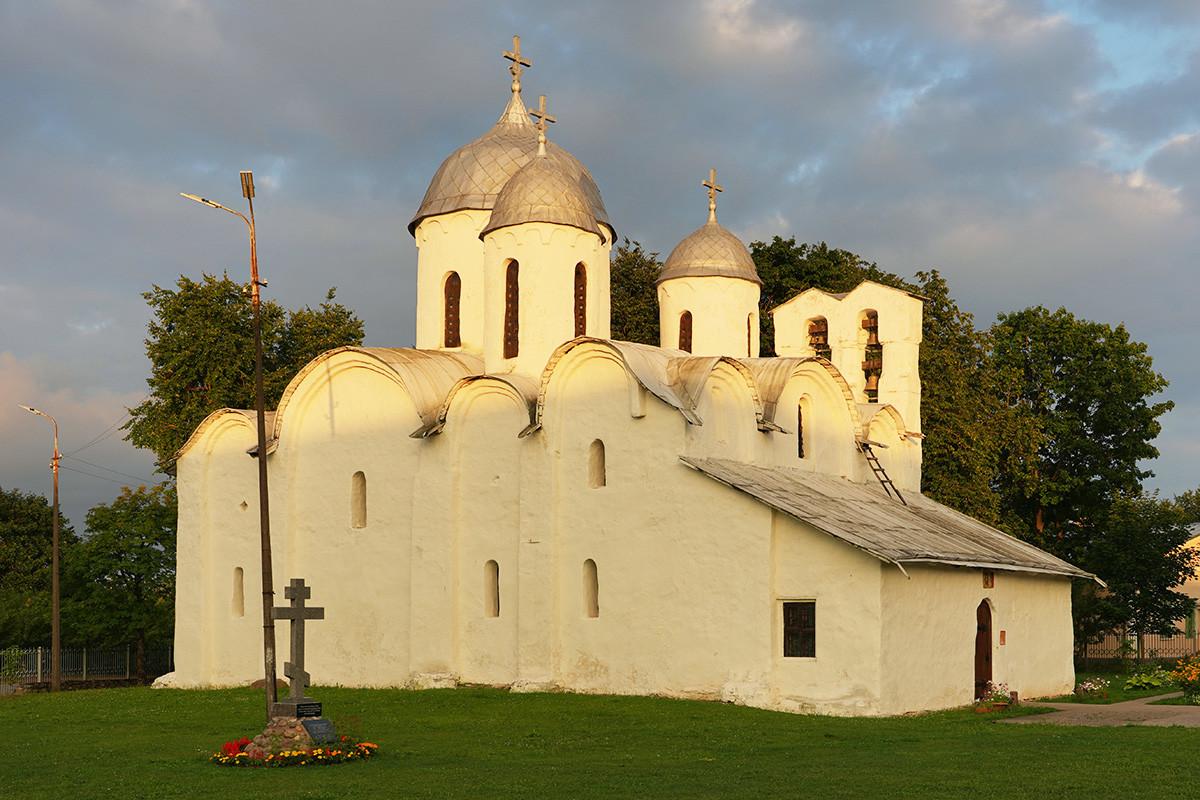 Biara khusus perempuan Ivanovskiy atau Katedral Yohanes Pembaptis dari abad ke-13 di Pskov.