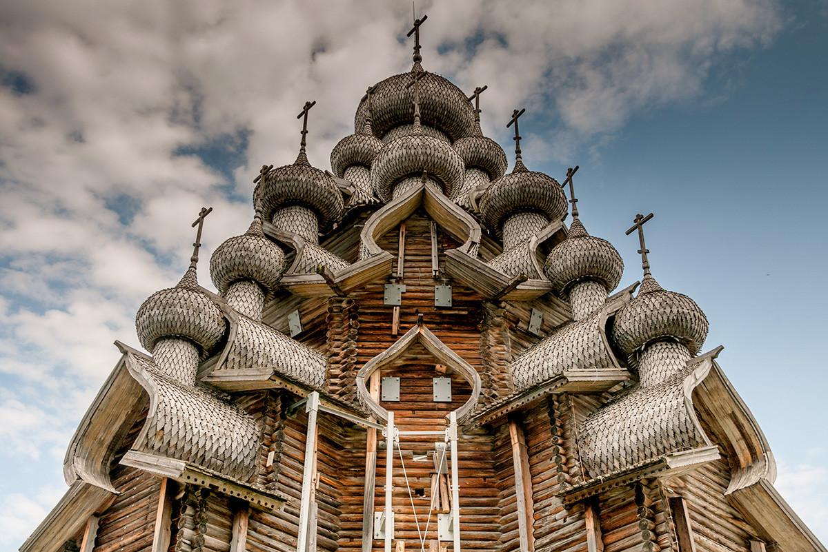Gereja Transfigurasi dari abad ke-17, di pulau Kizhi, Republik Karelia.