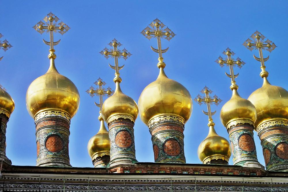 Kubah Katedral Verkhospasskiy di Kremlin Moskow.