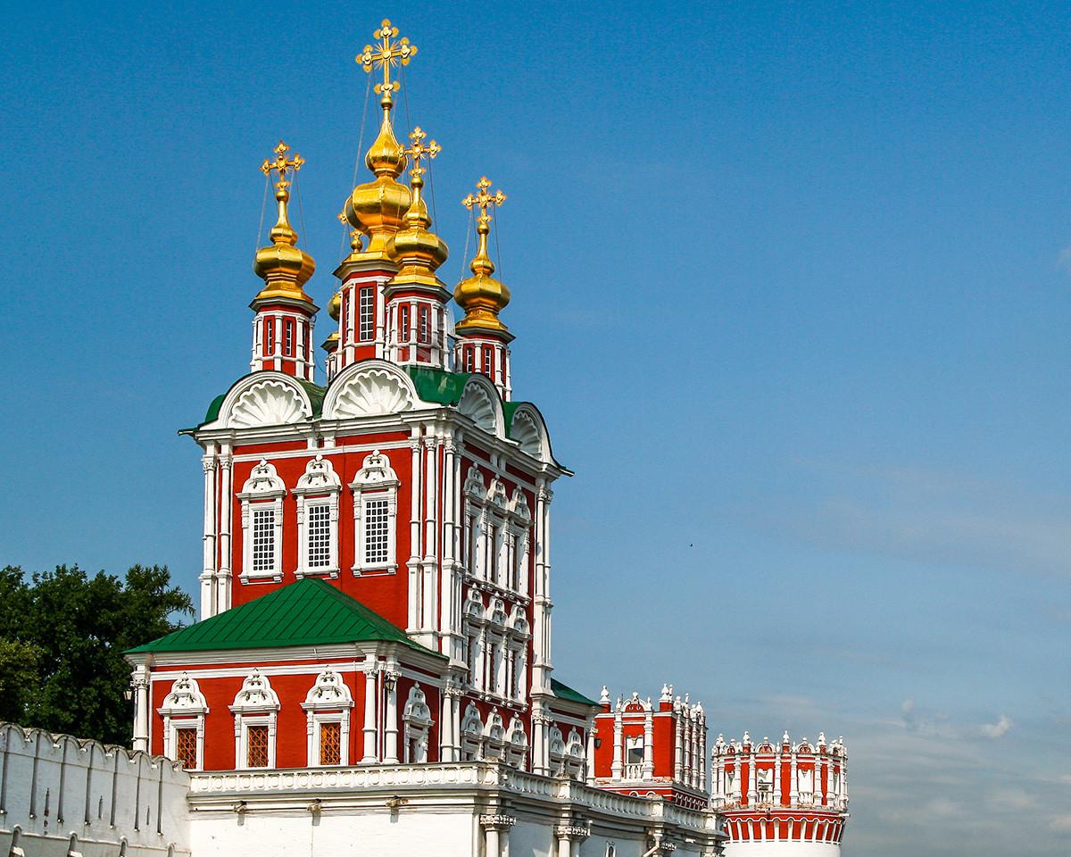 Gerbang Gereja Transfigurasi di Biara Novodevichy dari abad ke-17, di Moskow.