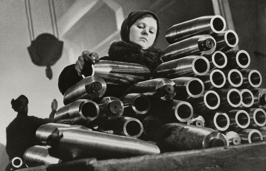Chica apilando proyectiles en una planta de Leningrado, 1942.