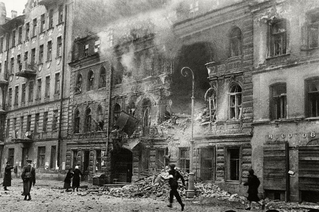 La guerra llega a Leningrado. Bombardeo de la calle Dostoievski, 1941.