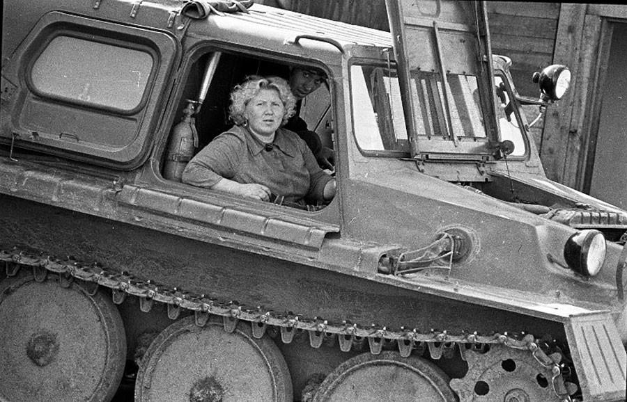 Mujer en un vehículo todoterreno