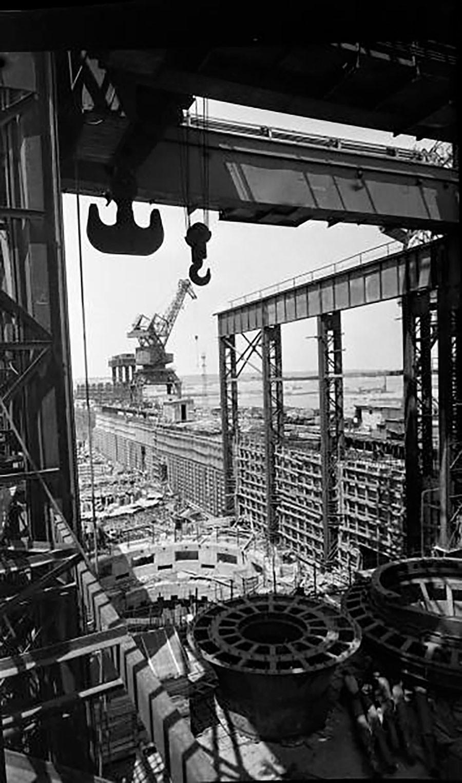 La construcción de la central hidroeléctrica de Kajóvskaia