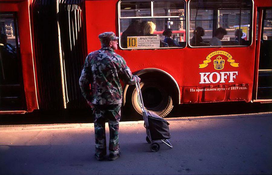 En una parada de autobús, 1995