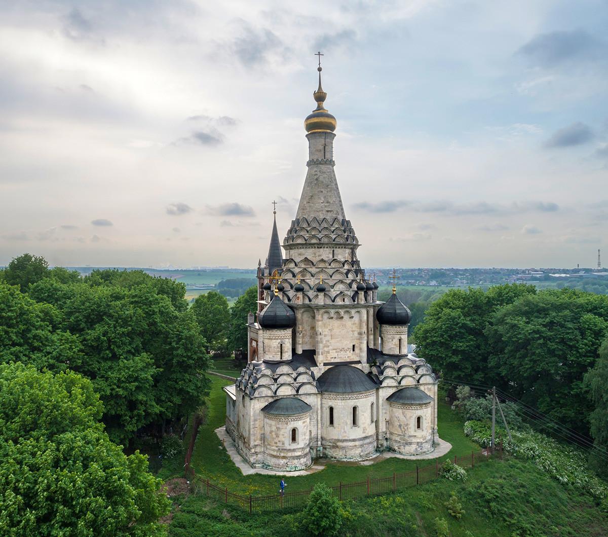 Igreja da Festividade da Transfiguração, do século 16, na vila de Ostrov, região de Moscou.