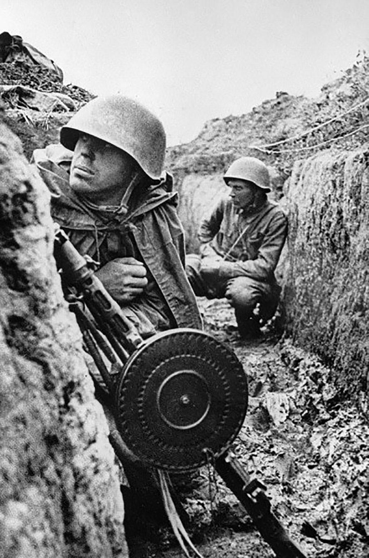 攻撃開始を前に塹壕に座るレニングラード戦線の兵士たち。1941年9月1日