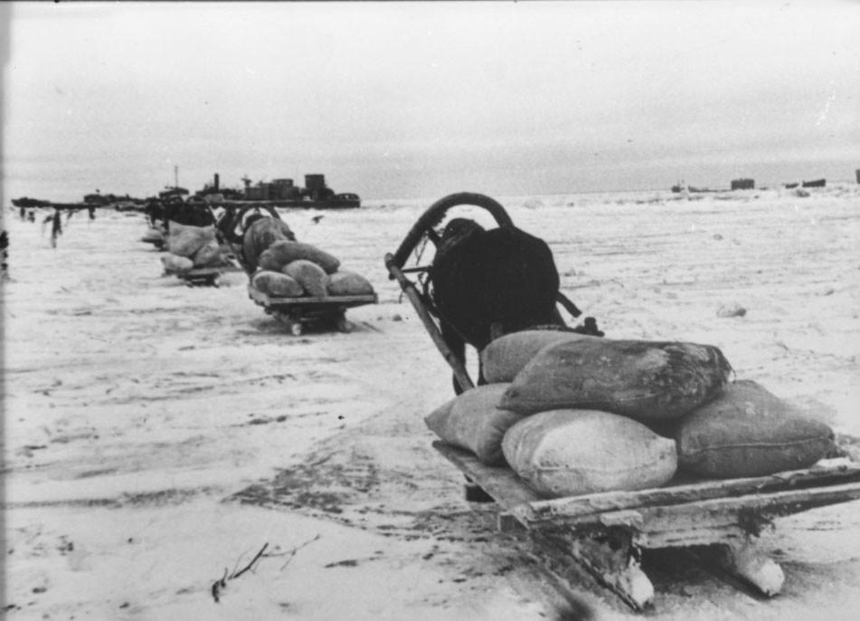 「命の道」。穀物を積んでラドガ湖上の道を行く馬橇の隊列。レニングラード州。1941年12月